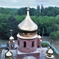 На храм в поселке Виноградном Анапского района Краснодарского края установили пять куполов.